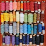 Massor av färgrika rullar av tråden för att sy Royaltyfria Foton