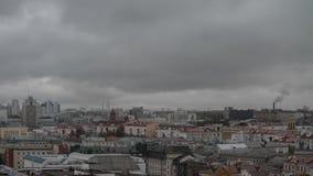 Massor av färgrika tak av en storstad i molnig regnig dag Minsk stad Timelapse lager videofilmer