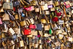 Massor av hänglås på bron över Seinen, Paris Frankrike och att symbolisera förälskelse och förtroende royaltyfri bild