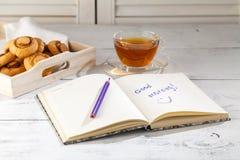 Massor av kakor på mat- och drinktema/bild av wi för kopp för svart te royaltyfria bilder