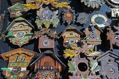 Massor av klockor och klockor för gammal skola i en loppmarknad Arkivbild