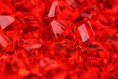 Massor av kristaller av den ljusa röda scharlakansröda närbilden stort vatten för fotografi för makro för droppgreenleaf arkivbilder