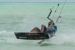 Massor av människor går till Zanzibar för kitesurfing tanzania arkivfoto