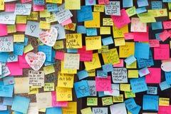 Massor av meddelanden på färgrika anmärkningar i centrala Stockholm från peo Royaltyfri Foto