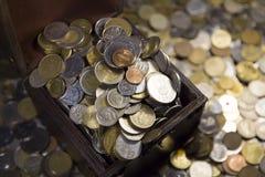 Massor av mynt, kruka av pengar Arkivbilder