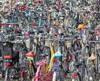 Massor av parkerade cyklar Arkivfoto