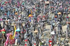 Massor av parkerade cyklar Arkivfoton