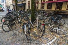 Massor av parkerade cyklar i Bruges, Belgien Royaltyfri Bild