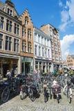 Massor av parkerade cyklar i Bruges, Belgien Royaltyfria Bilder