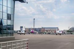 Massor av parkerade flygplan i ett parkeringsområde av en liten flygplats Royaltyfri Bild
