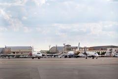 Massor av parkerade flygplan i ett parkeringsområde av en liten flygplats Arkivbilder