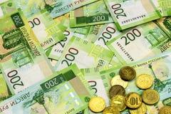 Massor av räkningar spridda på tabellen Sedelvärde 200 ryska rubel Kassa och några mynt royaltyfria bilder