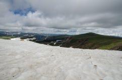 Massor av snörest längs den Beartooth passerandehuvudvägen i Montana royaltyfri fotografi