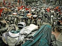 Massor av sparkcyklar i Peking Royaltyfri Bild