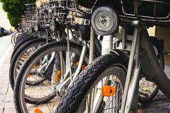 Massor av stad cyklar i parkeringen Royaltyfri Foto