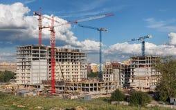 Massor av tornkranar bygger bostads- byggnader på dagen Fotografering för Bildbyråer