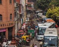 Massor av trafik i centrala Delhi Arkivbild