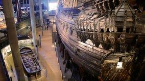 Massor av turister till inre av det maritima Vasamuseet i Stockholm Tid schackningsperiod stock video