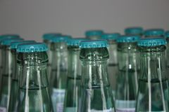 Massor av vattenflaskor arkivbilder