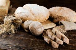 Massor av vitt och mörkt bröd Royaltyfri Fotografi