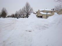 Massor för vinterstormtjänstledigheter av snö som ska göras klar i London Ontario arkivbilder