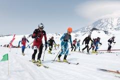 Massstartloppet, skidar bergsbestigare klättrar skidar på på berget Team Race skidar bergsbestigning Kamchatka Ryssland Royaltyfri Fotografi