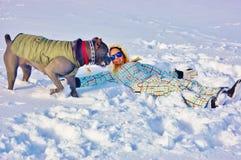 Mastín del corso del bastón que juega nieve del invierno de la mujer joven Fotos de archivo libres de regalías