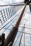 Mast auf einem hölzernen Schiff des Segelns Lizenzfreies Stockfoto