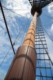Mast auf einem hölzernen Schiff des Segelns Lizenzfreie Stockfotos