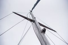 Mast av en yacht utan en segla Arkivfoto