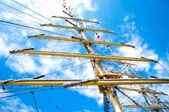 Mast av skeppet som går in i himlen Arkivbild