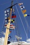 Mast der Lieferung mit Marinemarkierungsfahnen stockfoto