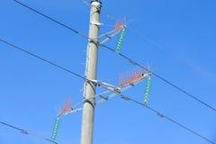 Mast einer Stromleitung Nahaufnahme gegen einen blauen Himmel lizenzfreies stockfoto