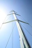 Mast eines Segelboots gegen den Himmel Lizenzfreies Stockbild