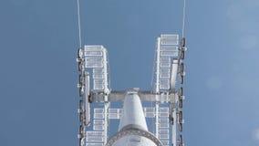 Mast eines Skiaufzugs in der Winterzeit gegen den blauen Himmel stock video
