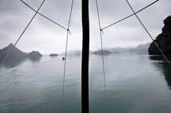 Mast en nevelige horizon, Halong-Baai, Vietnam royalty-vrije stock fotografie
