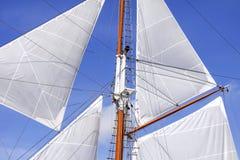 Mast en zeilen van varende boot stock foto