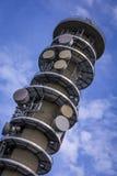 Mast för kommunikationstorn med antennen, maträtten och antenner med ett b Royaltyfri Fotografi