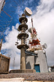 Mast met cellulaire en andere antennes tegen hemelen Royalty-vrije Stock Afbeeldingen
