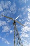 Mast mit Windstromgenerator gegen den Himmel, Ansicht von unterhalb stockfoto
