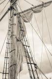 Mast- och segelbåtriggning som tonar arkivfoto