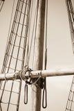 Mast, Optuigen en Kabels van houten varende boot Stock Foto's
