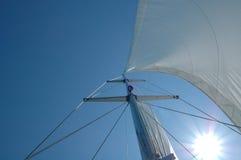 Mast am sailingboat auf hoher See Stockfotografie
