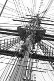 Mast und Seile eines klassischen Segelboots Lizenzfreie Stockbilder