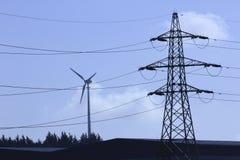 Mast und Windkraftanlage. Lizenzfreies Stockfoto