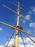 Mast van het schip tegen de hemel stock afbeeldingen