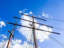 mast van varende boot met een blauwe hemel Royalty-vrije Stock Foto