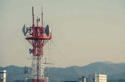 Mast von Telekommunikation mit Antennen für Radio-, Fernseh- und Telefonsignalsendung in einem bewölkten blauen Himmel lizenzfreie stockbilder