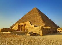 Mastaba och stor pyramid i Egypten Arkivbild