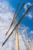Maste gegen blauen Himmel Stockfotos